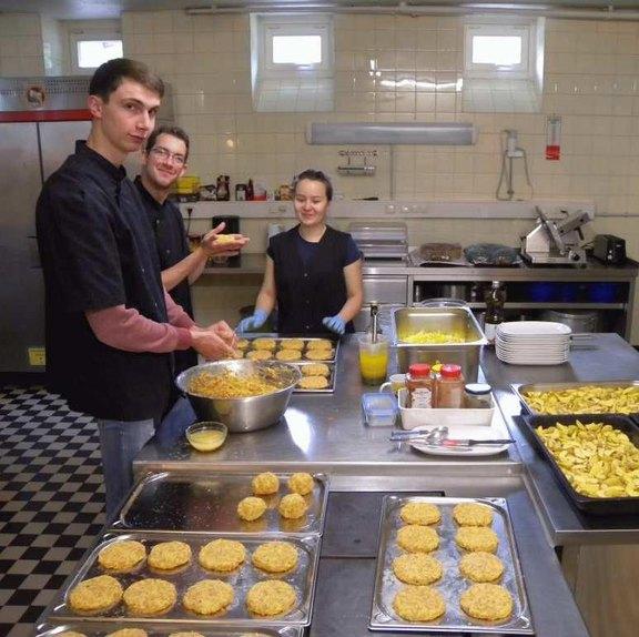 Küchensituation mit Bufdis im Schullandheim Tellkampfschule